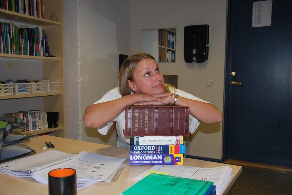Huvitavad hobid: Peale kõige muu meeldib Helenile ka sõnaraamatuid lugeda. Foto: Mari-Liis Kullamaa.